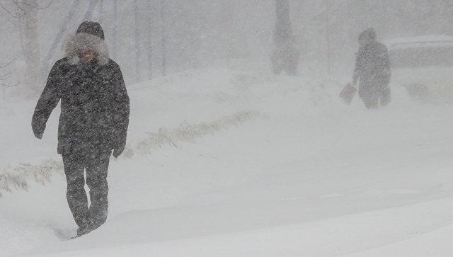 Жители Южно-Сахалинска во время снежного циклона. Архивное фото