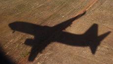 Тень летящего самолета. Архивное фото