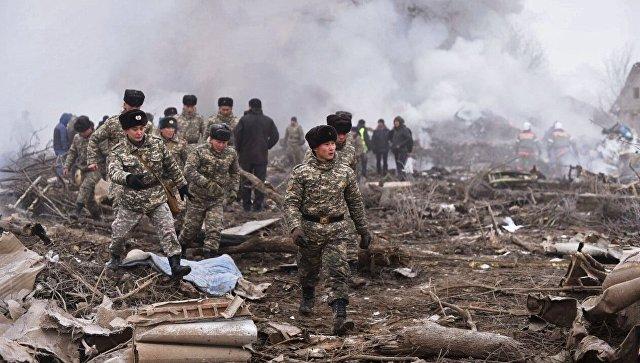 Военные на месте крушения турецкого грузового самолета Boeing 747 под Бишкеком