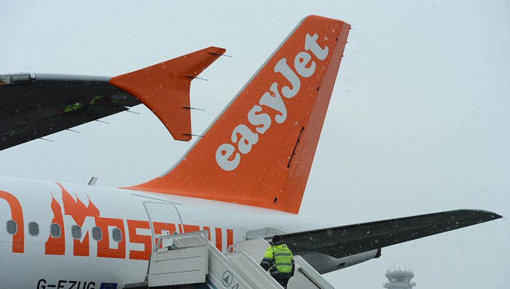 Пассажирский самолет Airbus A320 авиакомпании easyJet на взлетно-посадочной полосе аэропорта Домодедово