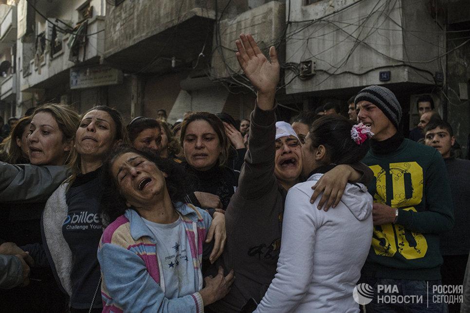 Родственники погибших и раненых во время террористического акта в центре города Хомс. Террористы взорвали заминированный автомобиль рядом с больницей Аль-Ахли. Сирия, 12.12.2015