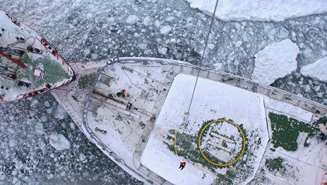 Стоявшие на Чукотке суда начали продвигаться сквозь льды