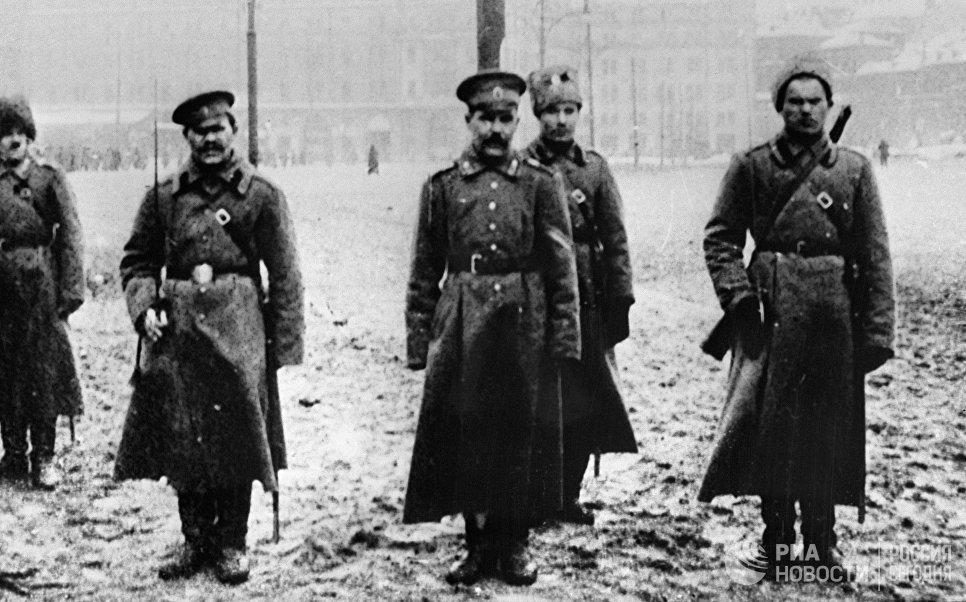 Солдаты сопровождают арестованного унтер-офицера во время Февральской революции. 1917 год