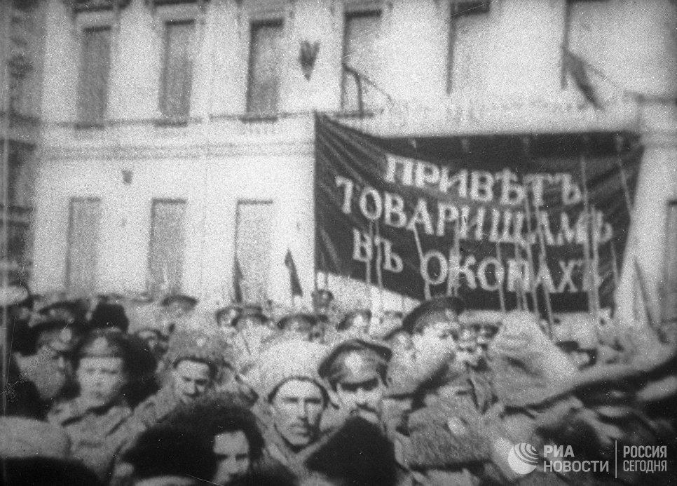 Солдаты устраивают демонстрацию против царского правительства во время февральской революции. 1917 год