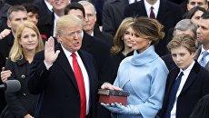 Presidente Donald Trump (a sinistra) batte il giuramento alla cerimonia di inaugurazione a Washington, DC