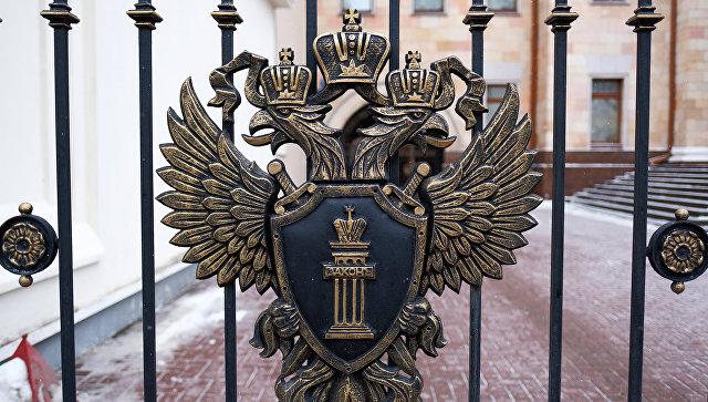 Герб на ограде у здания Генеральной прокуратуры России на улице Петровка в Москве. Архивное фото
