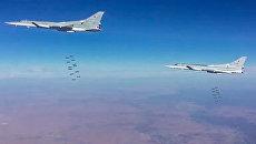 Сверхзвуковые стратегические бомбардировщики-ракетоносцы ВКС РФ Ту-22М3 во время нанесения авиационного удара по объектам террористов в провинции Дейр-эз-Зор в Сирии