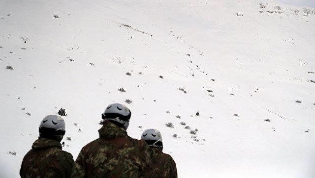 Солдаты на месте крушения вертолета в горнолыжном районе Кампо Феличе, Италия. 24 января 2017