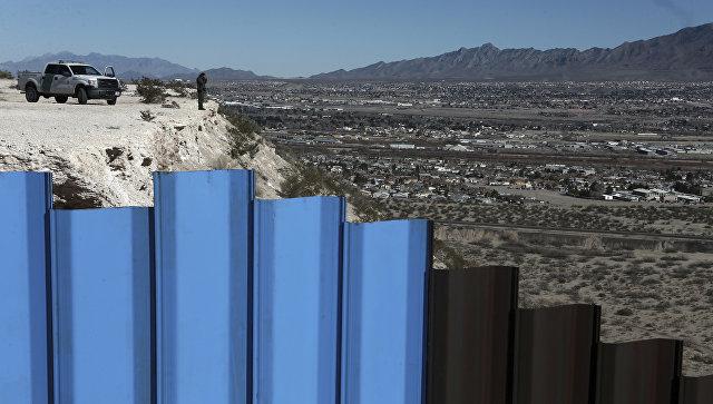 Возле пограничного ограждения Мексика-США. Архивное фото
