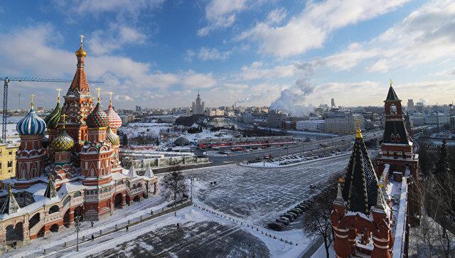 Вид со Спасской башни Московского Кремля на Храм Василия Блаженного. Архивное фото