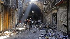 Сирийские дети на разрушенной улице. Архивное фото