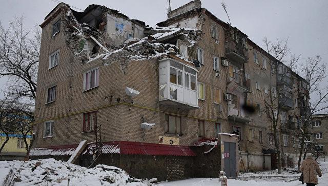 ВСУ обстреляли Докучаевск, разрушен многоэтажный высотный дом имагазин