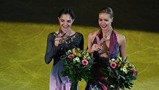 Евгения Медведева и Анна Погорилая во время церемонии награждения в Остраве. Архивное фото
