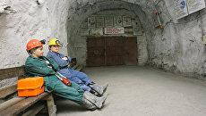 Женщины у входа в шахту рудника. Архивное фото