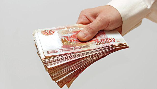 Мужчина протягивает деньги. Архивное фото