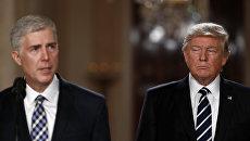 Президент США Дональд Трамп и кандидат на должность судьи Верховного суда США Нил Горсач. Архивное фото