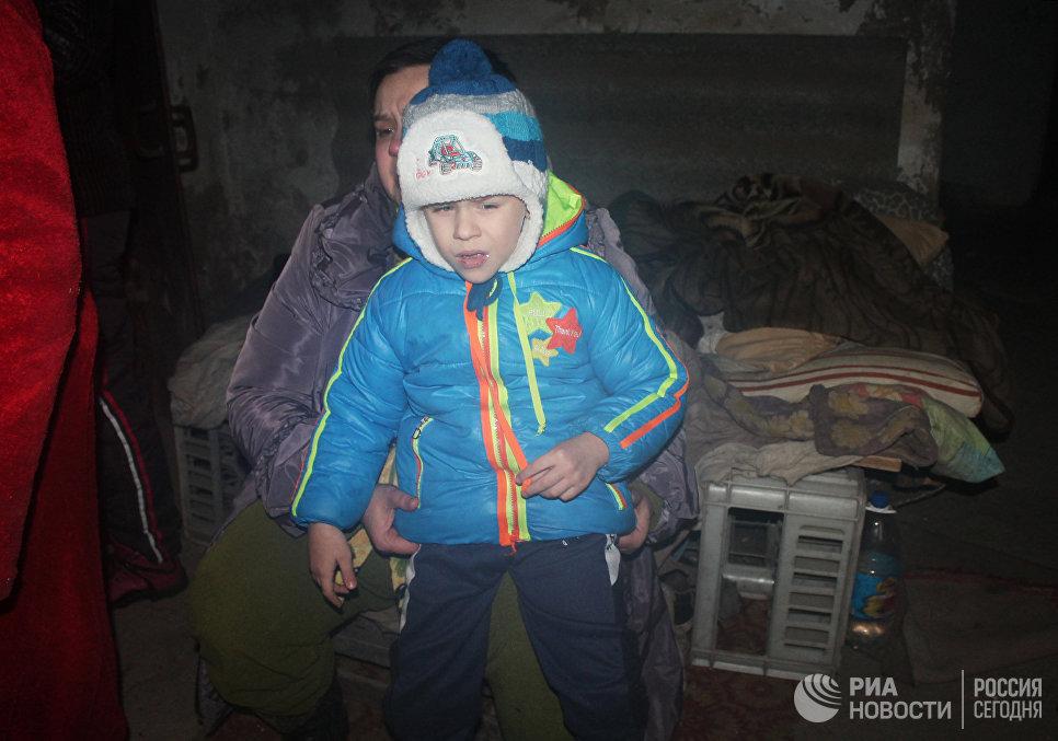 Местные жители в подвале жилого дома, пострадавшего в результате обстрела украинскими силовиками, в Донецке