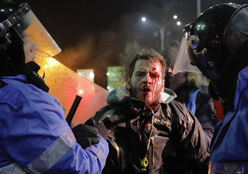 Полиция задерживает человека во время акции протеста в Румынии, 2 февраля 2017