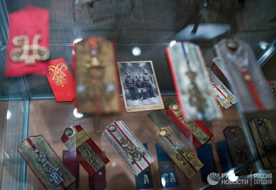 Погоны на открывшейся выставке Аты-баты, посвященной теме исторических традиций русской армии в ГРДНТ имени Д.В. Поленова