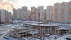 Строительство здания новой школы в зимний день. Архивное фото