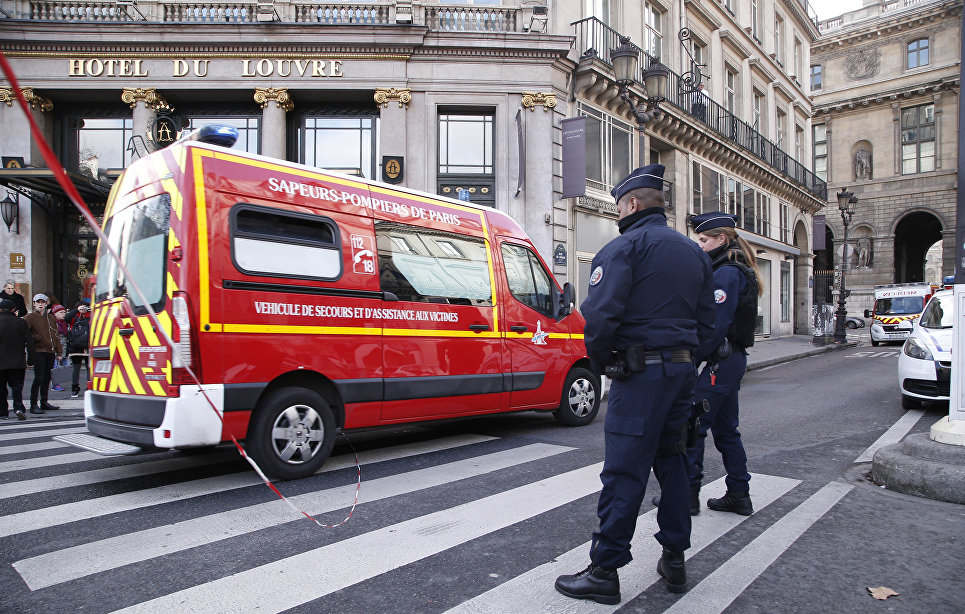 Напавший на полицию в центре Парижа был вооружен