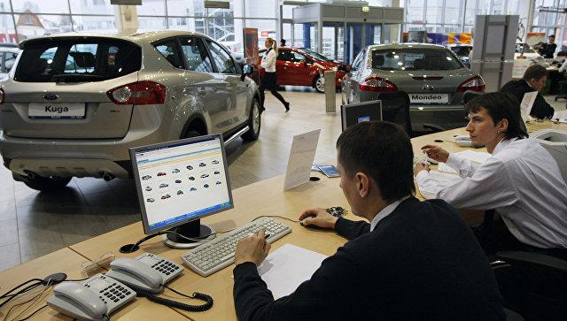 Продажа автомобилей в автосалоне. Архивное фото