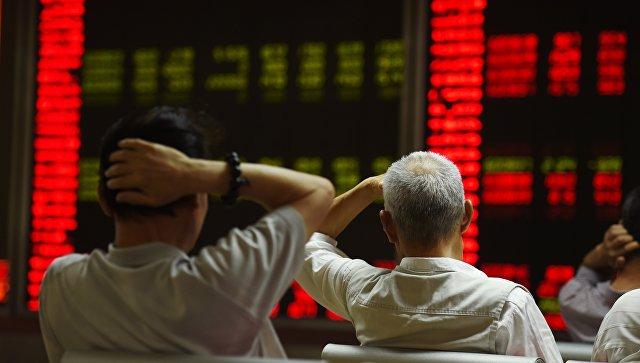 Инвесторы следят за котировками фондового рынка Китая в Пекине. Архивное фото