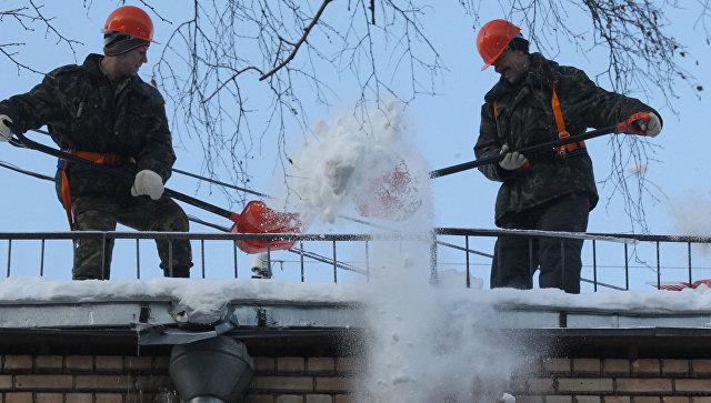 Три человека задержаны пофакту падения снега наколяску с сыном