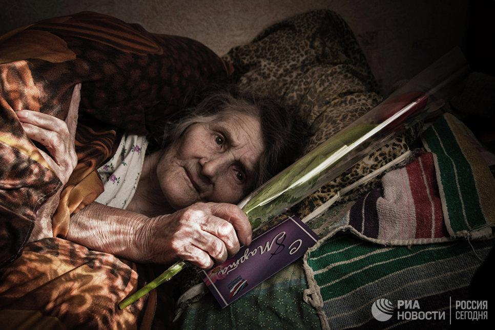 Жительница Дебальцево, получившая поздравления в Международный женский день 8 марта от мэра города Александра Афендикова, в центральной городской больнице города Дебальцево