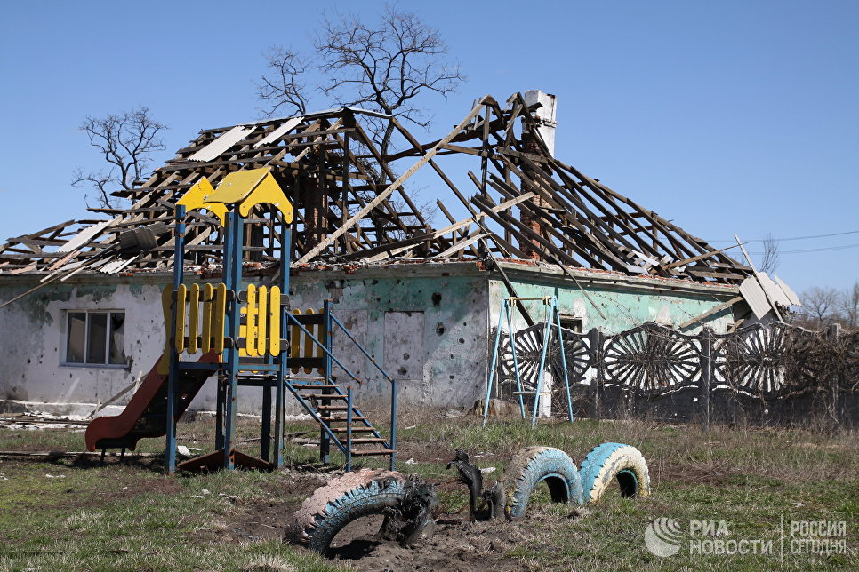 Разрушенные постройки в поселке Спартак в Донецкой области, где в ходе минувших ночи и дня велись обстрелы позиций ополчения