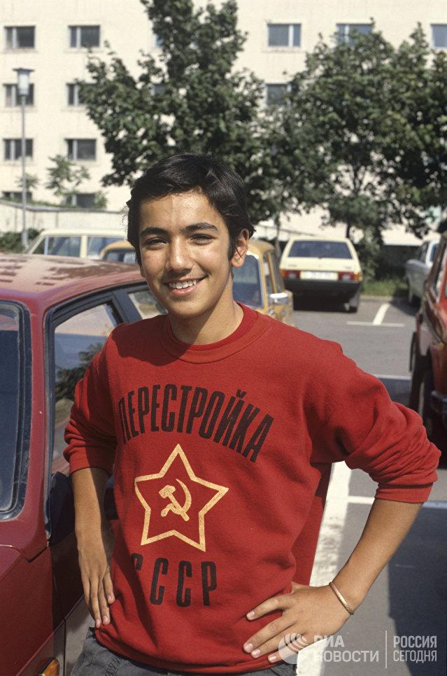 Юноша в футболке с надписью Перестройка СССР