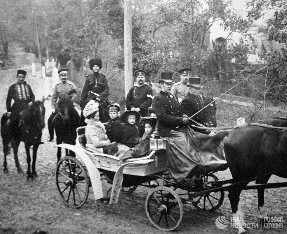 Царевич Алексей с сестрами сидит в коляске во время прогулки по Царскому селу