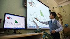 Ребенок использует сенсорную панель на уроке математики в средней школе № 89