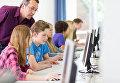 Учащиеся работают за компьютерами