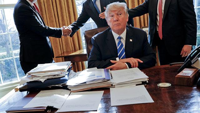 Президент США Дональд Трамп с сотрудниками в Овальном кабинете Белого дома
