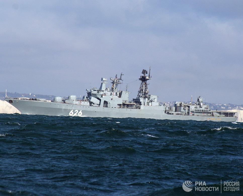 Большой противолодочный корабль Вице-адмирал Кулаков, во время прохода авианосной группы Северного флота России через пролив Ла-Манш