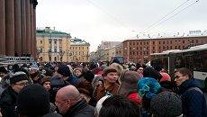 Участники митинга против передачи Исаакиевского собора РПЦ