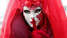 Человек в маске во время Венецианского карнавала
