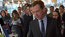 Председатель правительства РФ Дмитрий Медведев во время осмотра инновационных разработок, в ходе посещения центра Сколково. 14 февраля 2017