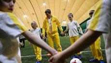 Экс-игрок сборной России Евгений Алдонин проводит тренировку для юных футболистов во время акции, посвященной началу программы На Кубок Конфедераций FIFA 2017 вместе с Макдоналдс