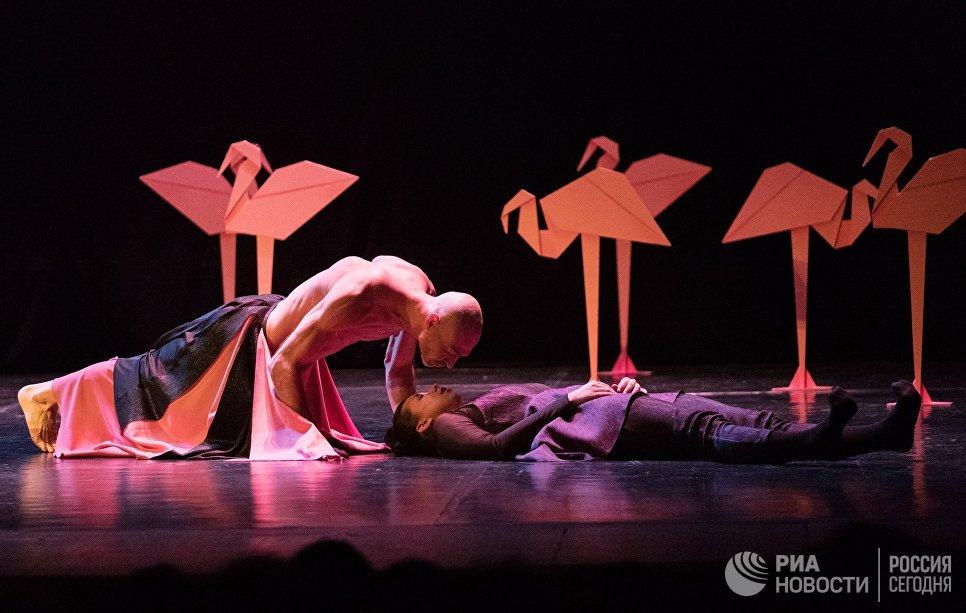 Александр Челидзе и Полина Митряшина выступают в одноактном балете Видение розы на вечере балета Танцы о любви