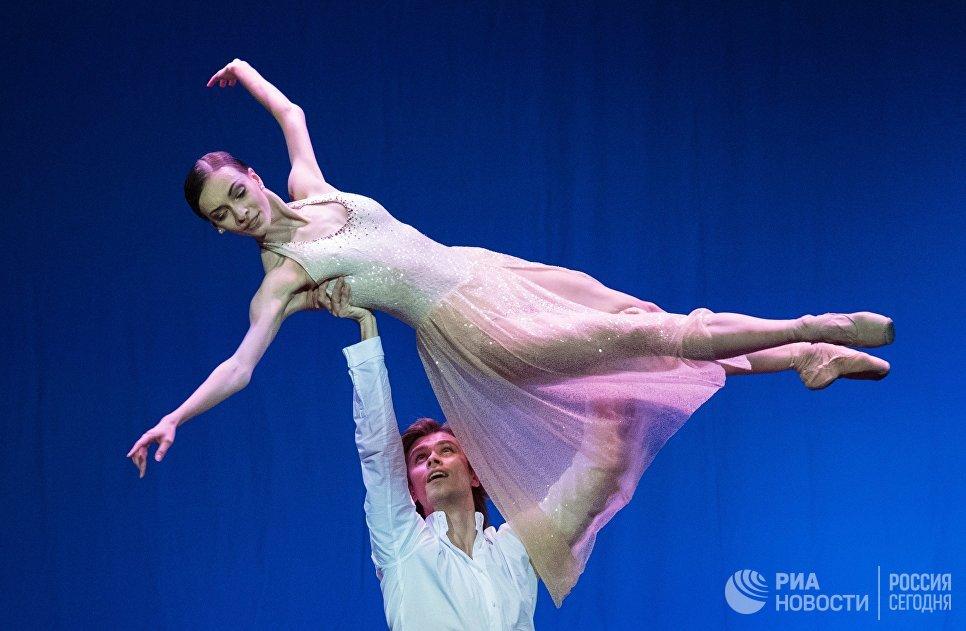Прима-балерина Большого театра РФ Ольга Смирнова и премьер Большого театра РФ Артем Овчаренко выступают на вечере балета Танцы о любви