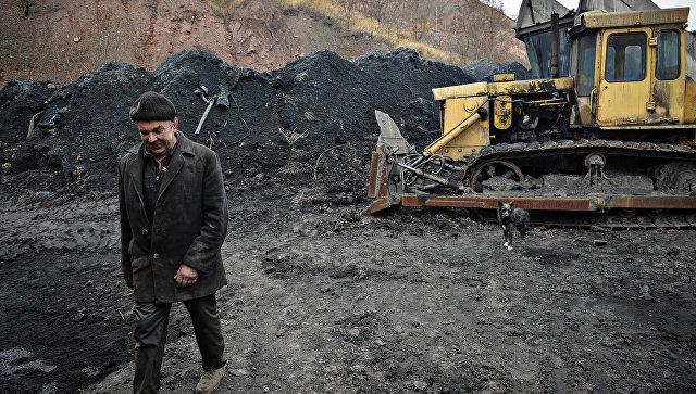 Угольный склад шахты имени Челюскинцев в Донецке, архивное фото