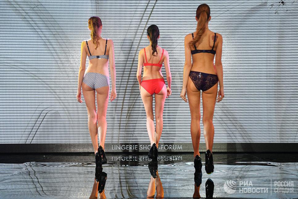 Модели во время дефиле в купальниках на Международной выставке нижнего белья, купальников, домашней одежды и чулочных изделий Lingerie Show-Forum - 2017 в Москве