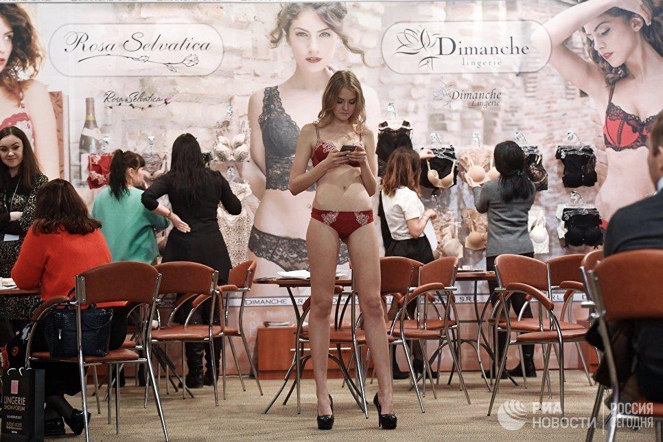 Модель на Международной выставке нижнего белья, купальников, домашней одежды и чулочных изделий Lingerie Show-Forum - 2017 в Москве