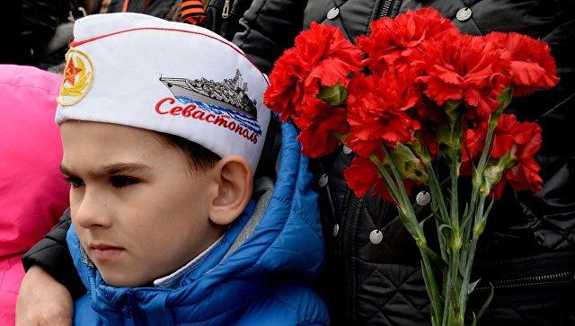 Зрители во время военного парада, посвященного годовщине Победы в Великой Отечественной войне. Архивное фото