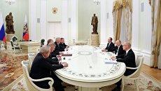 Президент РФ Владимир Путин и губернаторы некоторых регионов. Архивное фото