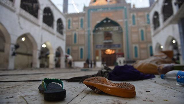 На месте взрыва на территории комплекса мавзолея Лалы Шахбаза Каландара в Сехван-Шарифе, Пакистан