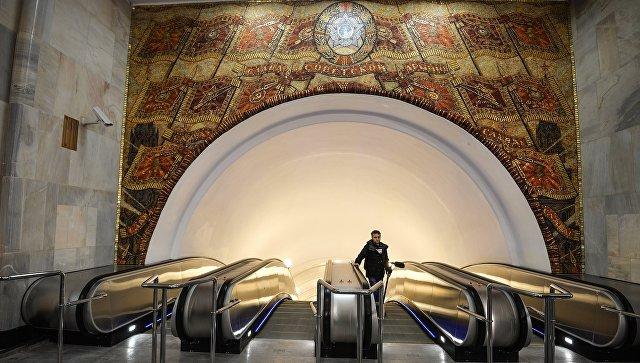 Эскалаторы на станции Бауманская Арбатско-Покровской линии Московского метрополитена. Архивное фото