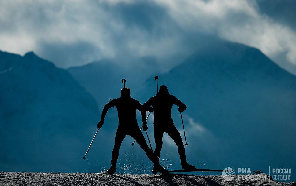 Спортсмены на дистанции эстафеты среди мужчин на чемпионате мира по биатлону в австрийском Хохфильцене
